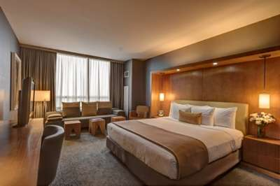 A guestroom at the InterContinental Chicago O'Hare offers residential ambiance.