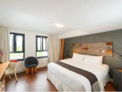 A Skwachàys Lodge guestroom